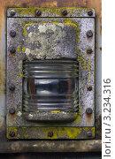 Старый , ржавый, габаритный фонарь на стенке вагона. Стоковое фото, фотограф Каменева Лариса / Фотобанк Лори