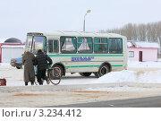 Купить «Школьный автобус на стоянке», фото № 3234412, снято 8 февраля 2012 г. (c) Татьяна Грин / Фотобанк Лори