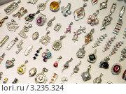 Купить «Драгоценности на витрине ювелирного магазина», фото № 3235324, снято 29 декабря 2011 г. (c) Яков Филимонов / Фотобанк Лори