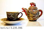 Купить «Чайник с чашкой на белом фоне», фото № 3235396, снято 28 февраля 2007 г. (c) Илья Садовский / Фотобанк Лори