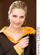 Купить «Девушка в коричневой кофте с оранжевыми коробками в руках», фото № 3239072, снято 23 февраля 2011 г. (c) CandyBox Images / Фотобанк Лори