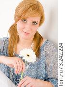 Купить «Портрет рыжеволосой молодой женщины с белой герберой», фото № 3242224, снято 17 марта 2011 г. (c) CandyBox Images / Фотобанк Лори