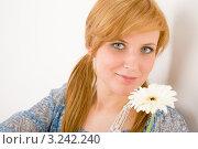 Купить «Портрет симпатичной молодой девушки с белой герберой», фото № 3242240, снято 17 марта 2011 г. (c) CandyBox Images / Фотобанк Лори