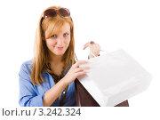 Купить «Пакеты в руках счастливой молодой женщины», фото № 3242324, снято 17 марта 2011 г. (c) CandyBox Images / Фотобанк Лори