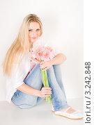 Купить «Девушка в белой рубашке и джинсах сидит на полу с букетом гербер», фото № 3242848, снято 23 марта 2011 г. (c) CandyBox Images / Фотобанк Лори