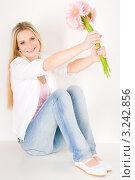 Купить «Счастливая девушка сидит на полу с букетом розовых гербер», фото № 3242856, снято 23 марта 2011 г. (c) CandyBox Images / Фотобанк Лори