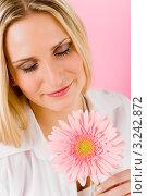 Купить «Портрет романтичной девушки с розовой герберой», фото № 3242872, снято 23 марта 2011 г. (c) CandyBox Images / Фотобанк Лори