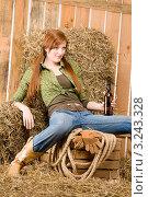 Купить «Портрет женщины с бутылкой пива в сарае, ковбойский стиль одежды», фото № 3243328, снято 30 марта 2011 г. (c) CandyBox Images / Фотобанк Лори