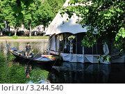 """Купить «Чистые пруды. Лодка у ресторана """"Шатер""""», эксклюзивное фото № 3244540, снято 30 мая 2009 г. (c) Alexei Tavix / Фотобанк Лори"""