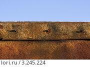 Ржавая железная панель на фоне неба. Стоковое фото, фотограф Каменева Лариса / Фотобанк Лори