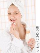 Купить «Милая девушка-подросток очищает кожу лица специальным лосьоном», фото № 3245368, снято 5 апреля 2011 г. (c) CandyBox Images / Фотобанк Лори