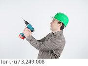 Мужчина в каске с дрелью. Стоковое фото, фотограф Владимир Одегов / Фотобанк Лори