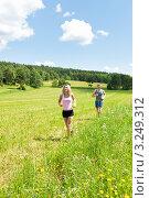 Пробежка по летнему лугу молодых мужчины и женщины. Стоковое фото, фотограф CandyBox Images / Фотобанк Лори