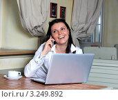 Красивая молодая девушка работает за ноутбуком. Стоковое фото, фотограф Елена Сикорская / Фотобанк Лори