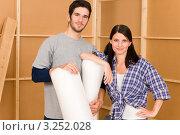 Купить «Пара опирается на рулоны пленки в комнате», фото № 3252028, снято 10 августа 2011 г. (c) CandyBox Images / Фотобанк Лори