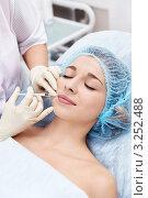 Купить «Косметологическая инъекция девушке», фото № 3252488, снято 11 октября 2011 г. (c) Raev Denis / Фотобанк Лори