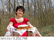 Пасха. Женщина с куличом, фото № 3252748, снято 26 сентября 2017 г. (c) Светлана Кузнецова / Фотобанк Лори
