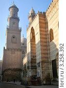 Купить «Средневековая мечеть и медресе султана Аль-Насра Мохаммеда ибн Калавуна на улице Аль-Моез в центре Каира, Египет», фото № 3258392, снято 21 января 2012 г. (c) Николай Винокуров / Фотобанк Лори