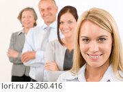 Улыбающиеся деловые люди разного возраста стоят в ряд. Стоковое фото, фотограф CandyBox Images / Фотобанк Лори