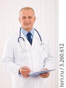Купить «Врач в белом халате с планшетом», фото № 3260612, снято 11 октября 2011 г. (c) CandyBox Images / Фотобанк Лори