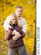 Купить «Влюбленная молодая пара в осеннем парке», фото № 3260648, снято 28 октября 2011 г. (c) CandyBox Images / Фотобанк Лори