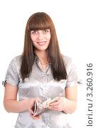 Девушка вкладывает деньги в паспорт. Стоковое фото, фотограф Ольга Богданова / Фотобанк Лори