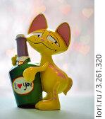 Купить «Фигурка кота с бутылкой на фоне сердечек», фото № 3261320, снято 17 февраля 2012 г. (c) Елена Шуршилина / Фотобанк Лори