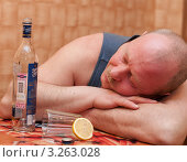 Купить «Пьяный мужчина заснул за столом, положив голову на руки», эксклюзивное фото № 3263028, снято 16 февраля 2012 г. (c) Игорь Низов / Фотобанк Лори