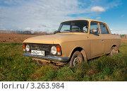 Купить «Москвич 412 в поле», эксклюзивное фото № 3263984, снято 5 ноября 2011 г. (c) Зобков Георгий / Фотобанк Лори