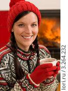 Купить «Девушка в теплой шапочке и перчатках держит кружку с горячим напитком (крупный план)», фото № 3264232, снято 11 ноября 2011 г. (c) CandyBox Images / Фотобанк Лори