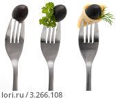 Черные оливки с сыром и зеленью на вилках на белом фоне. Стоковое фото, фотограф Кардашева Ирина Александровна / Фотобанк Лори
