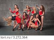 Семь красивых девушек танцовщицы го-го в красных гоночных костюмах. Стоковое фото, фотограф Симон Герреро Ушаков / Фотобанк Лори