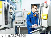 Купить «Мужчина в синей спецодежде работает на современном промышленном оборудовании», фото № 3274108, снято 17 августа 2018 г. (c) Дмитрий Калиновский / Фотобанк Лори