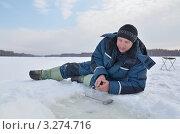 Купить «Рыболов на зимней рыбалке», эксклюзивное фото № 3274716, снято 18 февраля 2012 г. (c) Елена Коромыслова / Фотобанк Лори