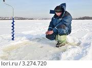 Купить «Рыболов на зимней рыбалке», эксклюзивное фото № 3274720, снято 20 февраля 2012 г. (c) Елена Коромыслова / Фотобанк Лори
