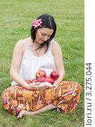 Купить «Беременная женщина отдыхает на природе», фото № 3275044, снято 12 августа 2011 г. (c) Сергей Дубров / Фотобанк Лори