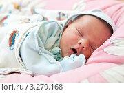 Купить «Новорожденный младенец зевает во сне», фото № 3279168, снято 16 февраля 2019 г. (c) Бандуренко Андрей / Фотобанк Лори