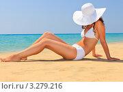 Девушка в большой белой шляпе на пляже. Стоковое фото, фотограф Sergey Borisov / Фотобанк Лори