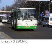 Купить «Городской автобус едет по Советской улице. Московская область, Балашиха», эксклюзивное фото № 3280640, снято 20 февраля 2012 г. (c) lana1501 / Фотобанк Лори