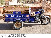 Купить «Вид на такси с надписью Halawa в центре оазиса Сива, Египет», фото № 3280872, снято 25 января 2012 г. (c) Николай Винокуров / Фотобанк Лори
