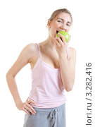 Купить «Молодая женщина ест зеленое яблоко», фото № 3282416, снято 18 июня 2011 г. (c) Сергей Дубров / Фотобанк Лори