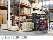 Купить «Рабочий на складском погрузчике грузит коробки на складе», фото № 3284036, снято 18 мая 2019 г. (c) Дмитрий Калиновский / Фотобанк Лори