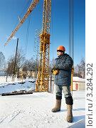 Купить «Строитель около башенного крана зимой», фото № 3284292, снято 21 июля 2019 г. (c) Дмитрий Калиновский / Фотобанк Лори