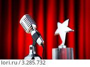 Купить «Микрофон и музыкальная премия на фоне красного занавеса», фото № 3285732, снято 9 января 2012 г. (c) Elnur / Фотобанк Лори