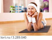 Купить «Девушка лежит на гимнастическом коврике в спортзале», фото № 3289040, снято 19 марта 2019 г. (c) Sergey Nivens / Фотобанк Лори