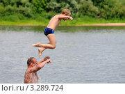 Купить «Дети прыгают в воду», эксклюзивное фото № 3289724, снято 4 июля 2011 г. (c) Юрий Морозов / Фотобанк Лори