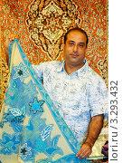Мужчина продает кашемировую шаль (Cashmere shawl, pashmina) Стоковое фото, фотограф Кудрявцева Светлана / Фотобанк Лори