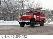 Купить «Пожарный автомобиль едет на вызов по городу», фото № 3296452, снято 15 февраля 2012 г. (c) А. А. Пирагис / Фотобанк Лори