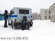 Купить «Полицейские с оружием наготове прячутся за патрульным автомобилем УАЗ», фото № 3296472, снято 15 февраля 2012 г. (c) А. А. Пирагис / Фотобанк Лори