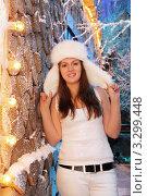 Купить «Девушка в белой ушанке, майке и брюках стоит зимой на улцие у горящей гирлянды», фото № 3299448, снято 21 ноября 2010 г. (c) Losevsky Pavel / Фотобанк Лори